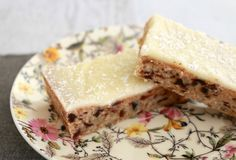 Lemon & Date Slice is such a classic recipe. and is absolutely delicious! A delicious date filled base covered in tangy lemon icing. Lemon Recipes Baking, Lemon Recipes Easy, Sweet Recipes, Date Slice, Bellini Recipe, Thermomix Desserts, Thermomix Bread, Lunch Box Recipes, Veg Recipes