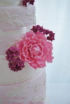 Esta tarta se compone de 7 pisos y tiene una altura de 1,20cm. Decorada con encajes de azúcar en blanco perlado y bouquets de peonias Sarah Bernardth y hortensias fucsias a juego con las flores que decoraban la sala y el ramo de la novia.  #weddingcake #pasteldeboda #tartadeboda #lace #peony #hydrangeas #barcelona #mericakes #tiredcakes #sugarcraft #sugarpaste #fondant #hotelmiramarbarcelona #envitsingular