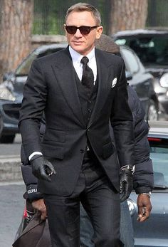 James Bond Suits — Daniel Craig Looks Dapper Wearing this dynamic. James Bond Suits — Daniel Craig Looks Dapper Wearing this dynamic… James Bond Suit, Bond Suits, James Bond Style, Tom Ford James Bond, James Bond Dresses, Costume Tom Ford, Mode Costume, Tom Ford Dress, Tom Ford Suit