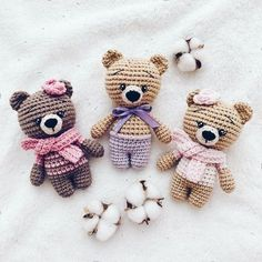 Little bears amigurumi Everyone needs a little crochet bear. Here is a free teddy bear amigurumi pattern to make a cute toy. Crochet Patterns Amigurumi, Amigurumi Doll, Crochet Dolls, Crochet Easter, Cute Crochet, Small Crochet Gifts, Crochet Bear Patterns, Crochet Animals, Crochet Cats