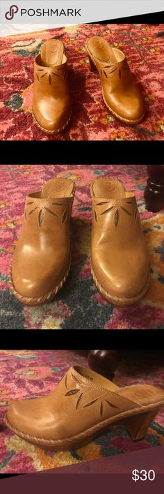 FRYE TAN PREMIUM CALF LEATHER STITCH CLOG MULES 6M FRYE 70115 TAN PREMIUM CALF LEATHER FLORAL STITCH CLOG MULES 6M— lightly worn, excellent used condition. Perfect with jeans! Frye Shoes Mules & Clogs