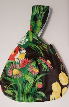Es un bolso muy sencillo de hacer y muy práctico. Os dejo las dimensiones del patrón que he hecho yo pero el tamaño lo podéis adapta...