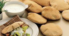 Hjemmebag er bare bedre. Pitabrød er ideél til skovtur og madpakker. Brug grahamsmel til at få mere smag i dine brød. Cornbread, Pancakes, Food And Drink, Ethnic Recipes, Millet Bread, Crepes, Griddle Cakes, Corn Bread, Pancake