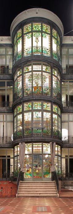 """Casa Lleó Morera, en la """"manzana de la discordia"""" , en el 35 de Passeig de Gràcia Barcelona. Fantasticas vidrieras hacia el patio de manzana"""