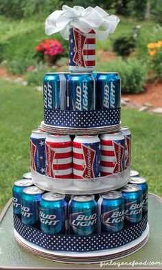 Patriotic of July giant beer can cake. Perfect of July party decoration. Diy Father's Day Gifts, Father's Day Diy, Craft Gifts, Fathers Day Gifts, Soda Can Cakes, Beer Can Cakes, 4. Juli Party, 4th Of July Party, July 4th