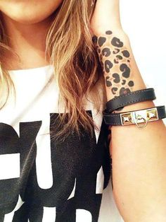 Lovely Leopard Print Tattoos On Wrist Leopard Tattoos, Trendy Tattoos, Tattoos For Women, Cool Tattoos, Tattoo Bein, I Tattoo, Jaguar Tatoo, Wrist Tattoos, Body Art Tattoos