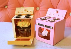 These cute cupcake holder boxes would be perfect for bake sale or even gift! with these quirky boxes, it takes humble treats to a whole new level. Cupcake Holder Box, Cupcake Boxes, Cupcake Container, Cupcake Ideas, Porta Cupcake, Cupcake Gift, Diy And Crafts, Paper Crafts, Foam Crafts