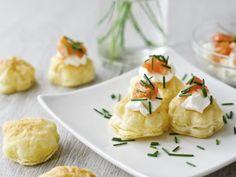 Petits choux fourrés à la mousse de saumon. Une bonne idée de recette salée pour un paéritif festif.