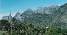 Vista do Parque Nacional da Serra dos Órgãos com destaque para o Pico Dedo de Deus à esquerda