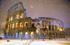 The ancient Colosseum is seen during an heavy snowfalls late in the night in Rome (Photo : Reuters)