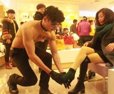 Overheating sales Sale of China, is finally as stores that try to attract the customers in the muscle force is appeared. Shopping district of Hunan Changsha City location.  Therefore, in the opened women's shoe stores, Shirtless male model appeared, that it and had done a service to help the fitting.