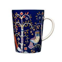Die Taika Tasse von Iittala erinnert mit ihrem dekorativen Muster an Sagen mit Trollen, magische Nächte und finnische Folklore. Design von Klaus Haapaniemi.