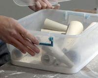 Lederharde klei bewaren in een plastic  bak met deksel en een laagje gips op de bodem die bestoven is met water. Schijnt de basis vormen maanden goed te houden om te bewerken.