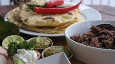 Saaranlautasella: Nyhtölihaa peuranpaistista sekä itsetehtyjä tortil... Guacamole, Tacos, Mexican, Ethnic Recipes, Food, Hoods, Meals
