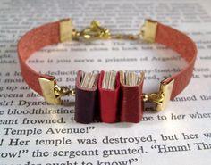 Miniature Book Bracelet Stack of 3 Mini Books and Leather Bracelet Red Gold Estilo Nerd, Book Jewelry, Vintage Theme, Bracelet Cuir, I Love Books, Mini Books, Book Nerd, Red Gold, Book Worms