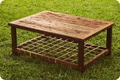 Mesa ratona rústica, hecha con antiguas varillas de alambrado, y revisto con tientos de cuero