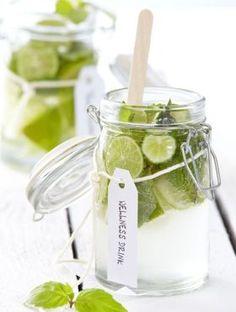 Limoen en munt Deze frisse dorstlesser is ideaal op warme dagen. Snijd limoen in schijfjes en voeg wat blaadjes munt toe. Laat intrekken en geniet van je frisse ijswater.
