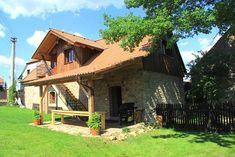 Chalupa ve středních Čechách s bazénem, saunou a společenskou místností. Chata je v klidné části obce, v údolí říčky Kocáby, 1 km od přírodního koupaliště a 10 km od vodní nádrže Slapy ve středních Čechách. R125