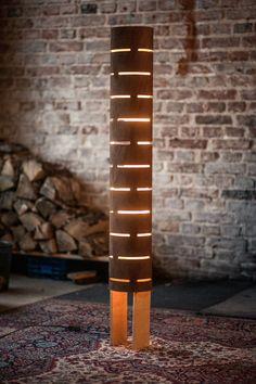 Diese Stehleuchte gibt ein Zimmer, warmes Licht, einfach perfekt für Fernsehen oder geben eine romantische Stimmung. Es besteht aus Sperrholz 5mm gebogen