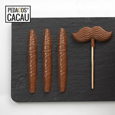 Para um Pai Vintage info@pedacosdecacau.pt Chocolates, Hot Dogs, Sausage, Vintage, Ethnic Recipes, Food, Pai, Cocoa, Chocolate