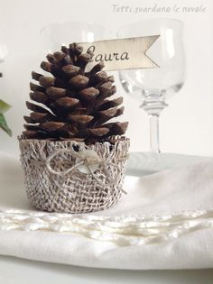 Finally something different to do with my collection of pine cones. Natural Christmas, Noel Christmas, White Christmas, Pine Cone Crafts, Xmas Crafts, Autumn Inspiration, Christmas Inspiration, Table Setting Design, Willow Wreath