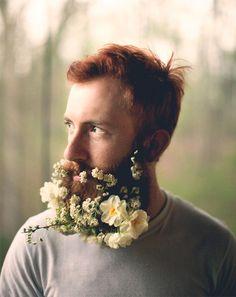 O fotógrafo Pierce Thiot é conhecido por um ensaio em que coloca vários objetos do cotidiano em sua própria barba. Mas, desde os anos 1970, outros homens pelo mundo já enfeitavam seus rostos com belos arranjos de flores.