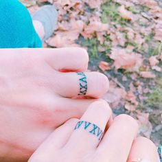 Wedding Ring Tattoos Ideas – Ring Finger Tattoo for Couples His and Her Finger Tattoos With Roman Numerals diseños de tatuajes Trendy Tattoos, New Tattoos, Tattoos For Guys, Tattoos For Women, Cool Tattoos, Colorful Tattoos, Finger Tattoos For Couples, Small Couple Tattoos, Ring Finger Tattoos