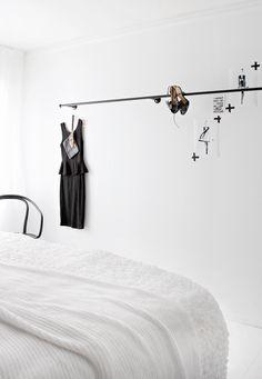 Een leuk idee voor de slaapkamer is om een gordijnroede te gebruiken voor het ophangen van je outfits. Het neemt niet veel ruimte in beslag...