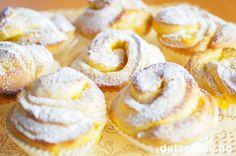 """Bonjour tout le monde, j'espère que vous allez bien! Håper dere har det bra alle sammen! Det blir nydelig, fransk påskebakst på Det søte liv i dag. """"Briochettes"""" er et ord for små """"Brioches"""", som du finner flere oppskrifter på her på Det søte liv. Gjærdeigen kjennetegnes av mye egg og smør, som gjør baksten myk og veldig smakfull. Siden det er påske, har jeg fylt bollene med en deiligsitronkrem. Oppskriften gir ca 20 stk. Sweet Recipes, Snack Recipes, Lemon Curd, Let Them Eat Cake, Doughnut, Creme, Sweet Treats, Chips, Baking"""