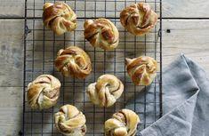 Himmelsk saftige hveteknuter med herlig smak av kanel og kardemomme! Baking, Bakken, Backen, Sweets, Pastries, Roast