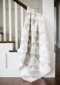 Neutral Quilt, Grey Quilt, White Quilts, Colchas Quilting, Quilting Projects, Quilting Ideas, Sewing Projects, Low Volume Quilt, Half Square Triangle Quilts