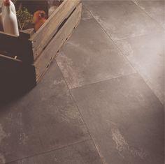 MCS PVC Vloeren  Sterk, praktisch en hygiënisch. En modern vinyl biedt ook nog eens een enorm scala aan dessins: van stralende kleuren, abstracte patronen en zwart-wit tot perfecte imitaties van natuurlijke materialen als hout en steen. Het voelt bovendien goed aan, met zacht comfort onder de voeten en allerlei afwerkingen waardoor de gevoelsgewaarwording aansluit bij het uiterlijk. Vinyl is slijtvast, waterbestendig en makkelijk te reinigen: de moderne keuze voor een moderne levensstijl.