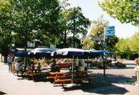 Kruispunt van de Postelstraat met de Speelheuvelstraat : met  terrassen van ijssalon Hartentroef en café   Het wapen van Someren.