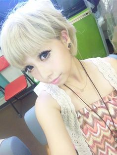 I love seeing short haired Gyaru models!