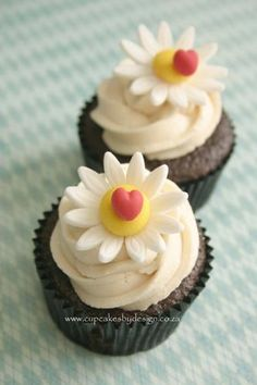 Daisy cupcakes for a summer wedding