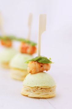 Amuses bouches aux asperges vertes et gambas / Appetizers with green asparagus and prawns Gourmet Appetizers, Appetizer Plates, Finger Food Appetizers, Appetizers For Party, Finger Foods, No Salt Recipes, Mini Foods, Appetisers, Food Presentation
