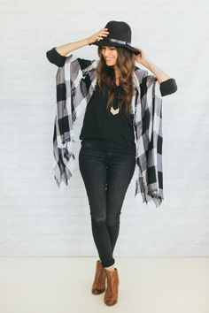 Black t-shirt - black skinny jeans - cognac ankle boots - black fedora - black + white plaid scarf - simple gold necklace. Plaid Scarf Outfit, Blanket Scarf Outfit, How To Wear A Blanket Scarf, How To Wear Scarves, Black Fedora Outfit, Cognac Boots Outfit, Plaid Blanket, Outfits With Hats, Fall Outfits