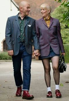 True 'Skinhead' love never dies…this is all I've ever wanted. Is this type of love even real? Skinhead Girl, Skinhead Fashion, Punk Fashion, Skinhead Style, Skinhead Clothing, Fasion, Teddy Boys, Dr. Martens, Attitude