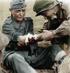 ww2 US medic aids wounded German Soldat
