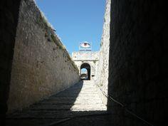 """Un gigantesco occhio installato durante la mostra """"Visioni"""" nella Fortezza di Civitella del Tronto"""