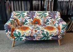 Pieni sohva verhoiltiin Svenskt Tennin Aralia-kankaalla 😍 Tub Chair, Love Seat, Accent Chairs, Couch, Furniture, Home Decor, Upholstered Chairs, Settee, Decoration Home