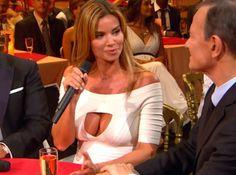 De passage dans Le Plus grand cabaret du monde sur France 2 samedi soir, Ingrid Chauvin a fait tourner les têtes (et non les serviettes) avait un décolleté particulièrement sexy... La preuve en images !
