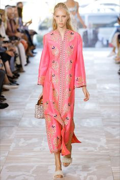 Guarda la sfilata di moda Tory Burch a New York e scopri la collezione di abiti e accessori per la stagione Collezioni Primavera Estate 2017.