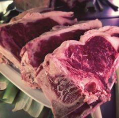 Chuletón de buey preparado para echar a la parrilla... buena carne, de la de verdad!!!  www.restaurantecasalucio.com