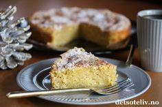 """Her skal du få en lettvint og deilig midt-i-uken-kake!   Som kladdkaker flest, skal deigen til denne kaken bare røres lett sammen, og kaken skal stekes akkurat nok til at den blir såvidt gjennomstekt, men slik at den fortsatt er litt bløt og """"kladdete"""". Revet eple i deigen gjør kaken ekstra saftig og gir god smak. Litt melis- og kaneldryss på toppen, og du har en superenkel, nydelig eplekake!"""