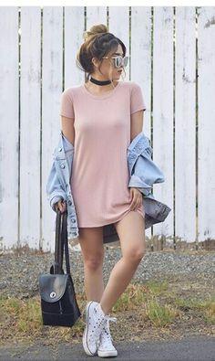 Vestido largo com tenis