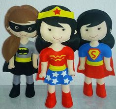 Bonecas Super Heroínas confeccionadas em feltro para decoração de festa. 40 cm de altura. Preço unitário.