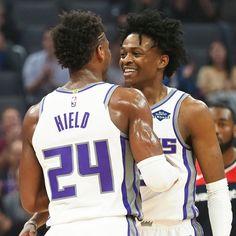Dove eravamo rimasti? Sacramento Kings 2019-2020  Record: 28-36 Miglior giocatore per punti: De'Aaron Fox (20.4 punti) Miglior giocatore per rimbalzi: Richaun Holmes (8,3 rimbalzi) Miglior giocatore per assist: De'Aaron Fox (6,8 assist)  La stagione dei Kings era iniziata in maniera rovinosa, con relativa pioggia di critiche per Coach Luke Walton. L'ex Los Angeles Lakers non si è fatto però abbattere, e con il giovane gruppo a disposizione è riuscito a risalire la china, fino alla convocazione p Nba, Los Angeles Lakers, Walton, Sacramento Kings, Sports, Basket, Fashion, Hs Sports, Moda