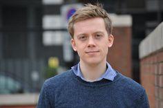 """""""La concentración de poder en Reino Unido ha vuelto a niveles victorianos"""" / @maruxaruizde + @eldiarioes   Owen Jones es el autor de 'Chavs, la demonización de la clase obrera' [http://www.capitanswinglibros.com/catalogo.php/chavs-la-demonizacion-de-la-clase-obrera], un libro en que argumenta cómo el Gobierno y la prensa británicas promueven el odio de los pobres contra los pobres para mantener intacto su poder   #social #politiquerio"""