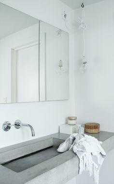 simple white bathroom, concrete sink | Photo Elisabeth Heier